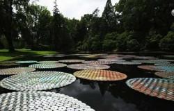 Инсталляция на воде из старых компакт дисков.