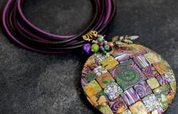 Ожерелье с крашеным кулоном