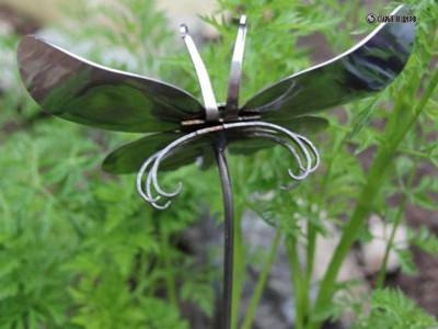 Бабочки из столовых приборов в сад