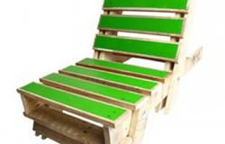 Яркие складные стулья из старых поддонов