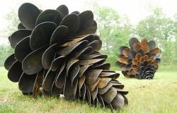 Скульптура шишки из лопат