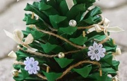 Новогодняя миниатюрная елка из шишек сосны