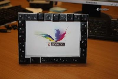 Рамка для фотографий, декорированная клавишами от клавиатур.