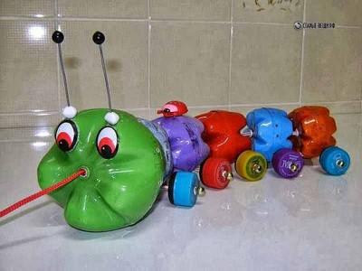 Поделка для детского сада гусеницы из пластиковых бутылок на колесиках