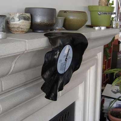 Часы из виниловой пластинки на камин