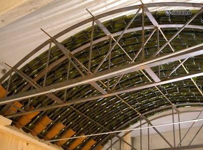 Декоративная крыша из стеклянных бутылок.