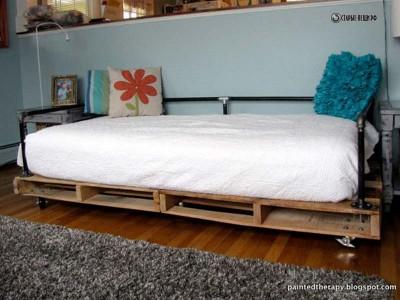 Кровать из деревянных поддонов и металлических труб своими руками