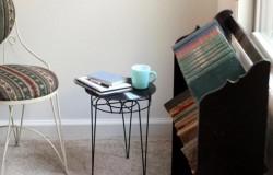 Стулья и столы из виниловых пластинок.