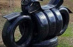 Мотоцикл из шин для детской площадки