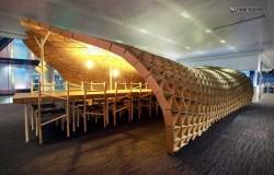 Псевдо крыша - навес из картона над столами и стульями из поддонов.