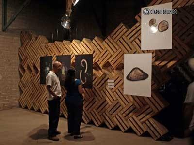 Стены галереи из ящиков