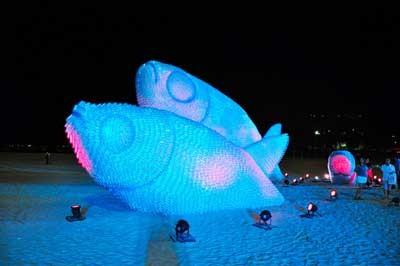 Гигантские светящиеся скульптуры рыб из пластиковых бутылок.