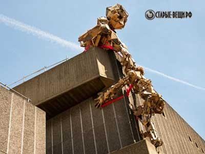 Садовая скульптура робота из б/у деревянных брусков.