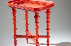Стол из подносов и  пластиковых стаканчиков.