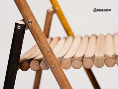 Раскладные стулья из старых черенков лопат, швабры и метлы.