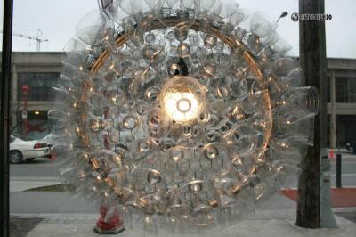 Светильники из пластиковых бутылок Алекса Витко и Кортни Хант.