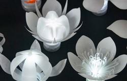 Светодиодные светильники в виде цветов из пластиковых бутылок