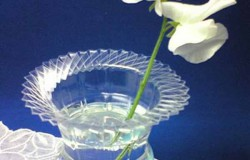 Ваза для цветов с фигурным горлышком из пластиковой бутылки