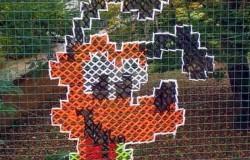 Вышивка крестиком на заборе из сетки