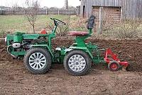 Зеленый самодельный трактор