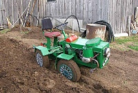 Самодельный трактор на поле
