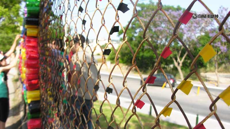 Как своими руками украсить забор из сетки 547