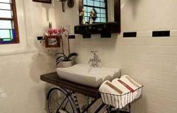 Подставка под раковину в ванной из старого велосипеда