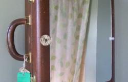 Шкафчик в ванную комнату из старого чемодана