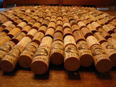 Доска для записей, коврик в прихожую и на обеденный стол из винных пробок.