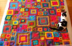 Современные красивые ковры из остатков пряжи крючком