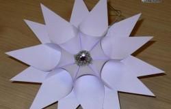 Красивая объемная снежинка из бумажных конусов