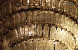 Массивные люстры из стеклянных и пластиковых бутылок.