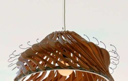 Люстры из пластиковых и деревянных плечиков для одежды.