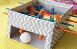 Игра мини-футбол для детей из коробки и прищепок МК
