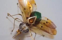 Маленькие скульптуры насекомых из ненужных электронных устройств