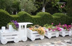 Клумба-паровозик из деревянных ящиков для сада