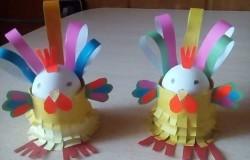 Подставки для пасхальных яиц петушка с цыплятами из бумаги МК
