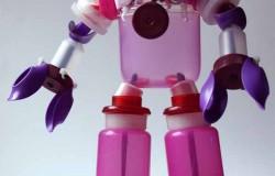 Робот из пластиковых бутылок и крышек