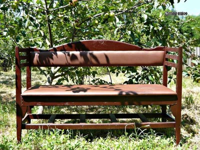 Садовая скамья из старых стульев