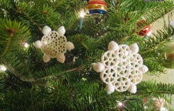 Новогодние игрушки снежинки из макарон