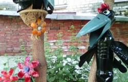 Счастливые вороны из пластиковых бутылок в сад
