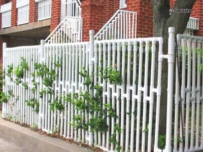 Забор-палисадник для дома из пластиковых труб